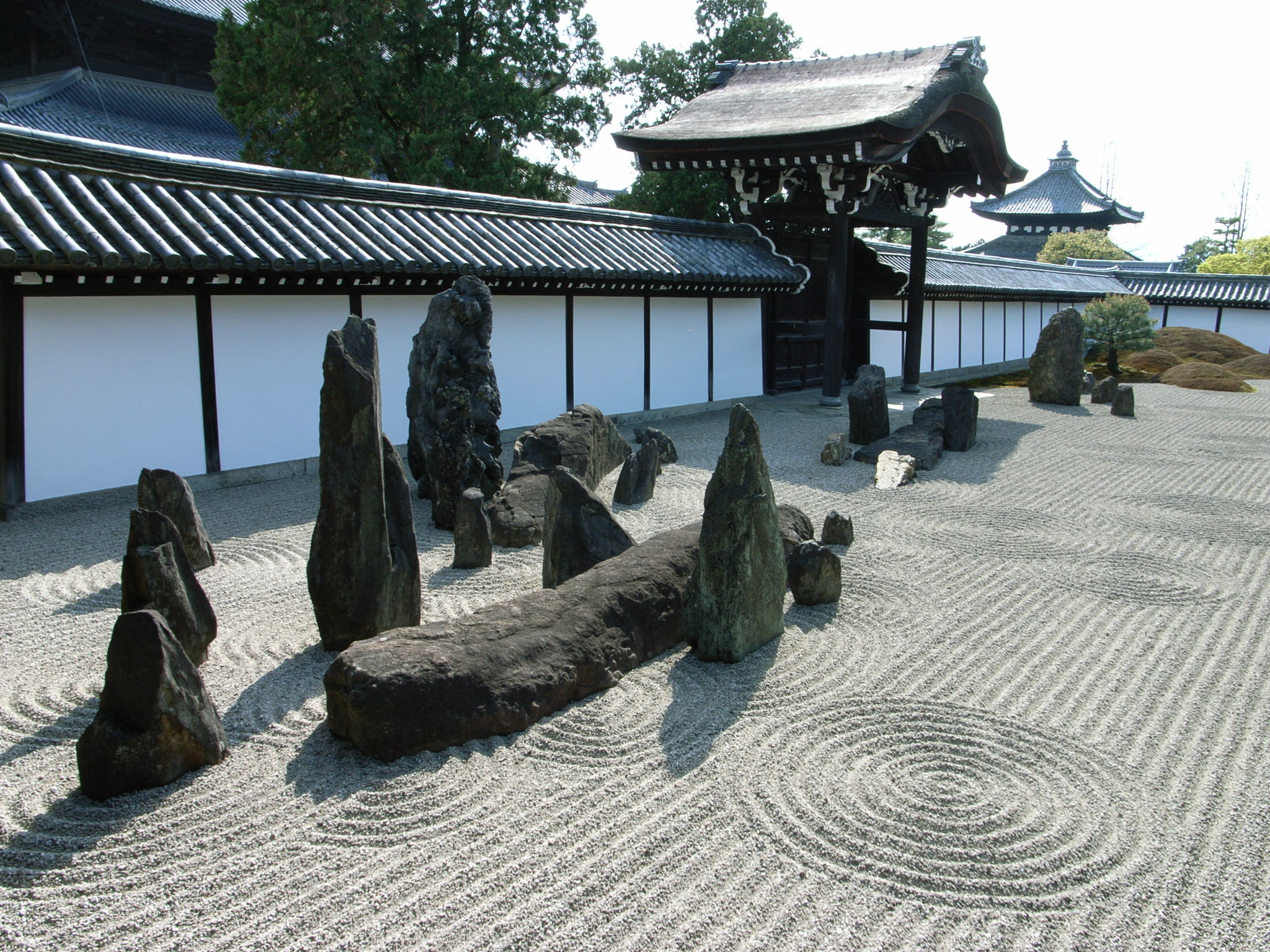 Japanese rock garden karesansui for Japanese stone garden